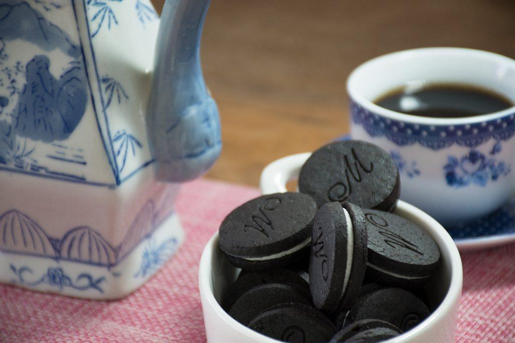 Biscoito Recheado Black Sem Glúten Doce Sabor Baunilha - Foto: IC Fotografias